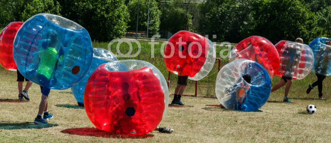 personas jugando al futbol burbuja