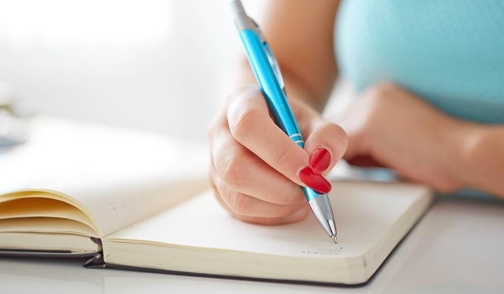 escribiendo en libro