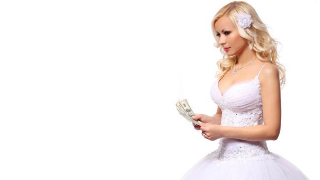 mujer vestida de boda con dinero en la mano
