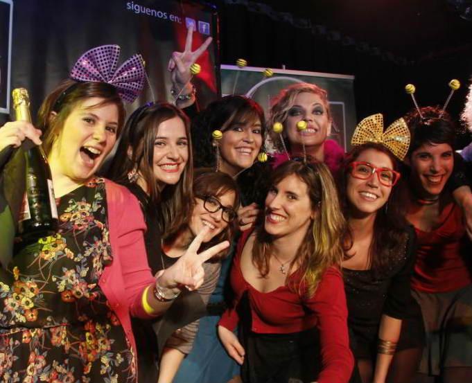 chicas celebrando un concurso en restaurante para despedidas