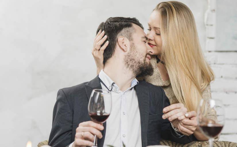 pareja besandose aniversario
