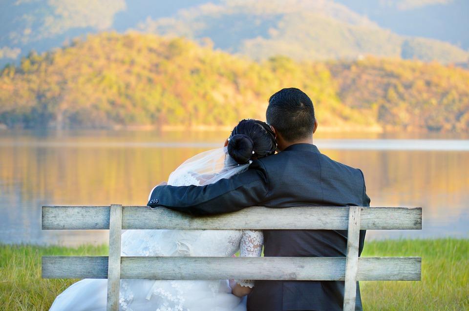 pareja de casados frente a lago