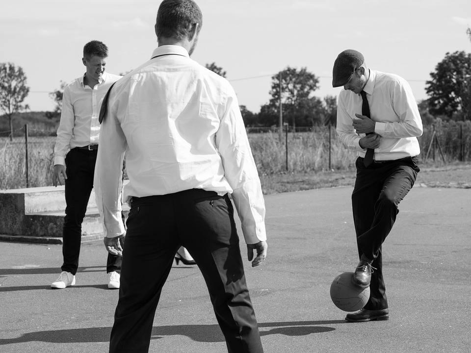 chicos jugando al futbol en su despedida