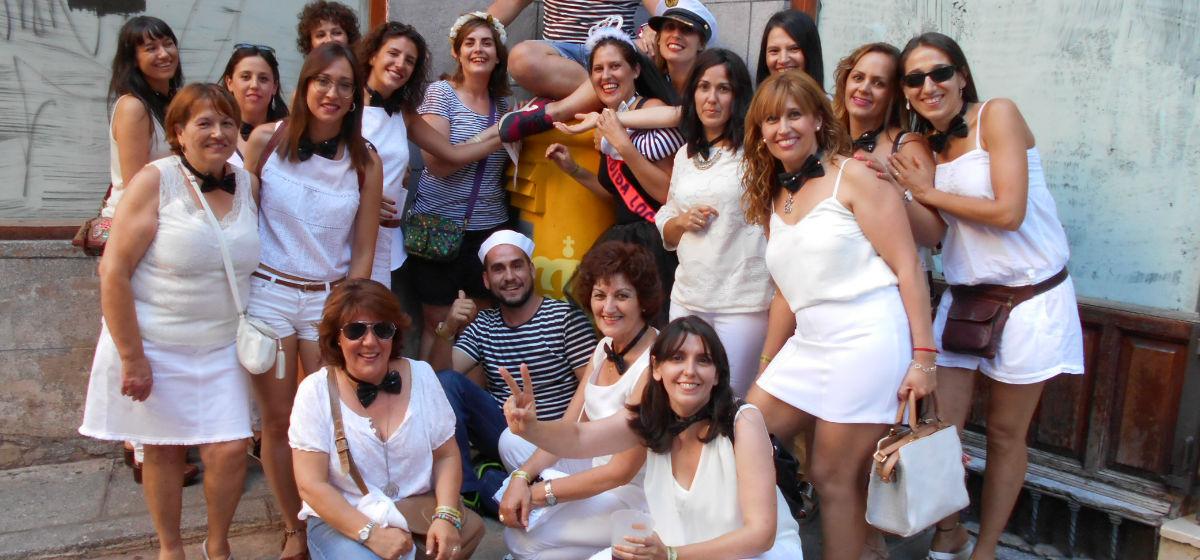grupo de amigas y amigos en gymkana